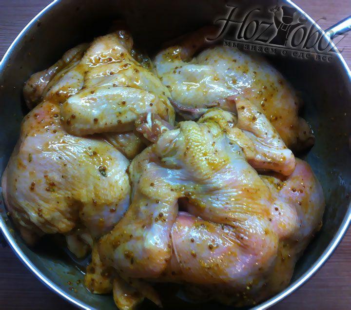 Курицу в соусе необходимо сложить в кастрюлю