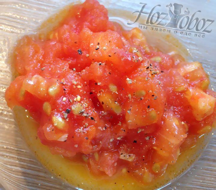 Теперь заправим помидоры по вкусу солью и специями