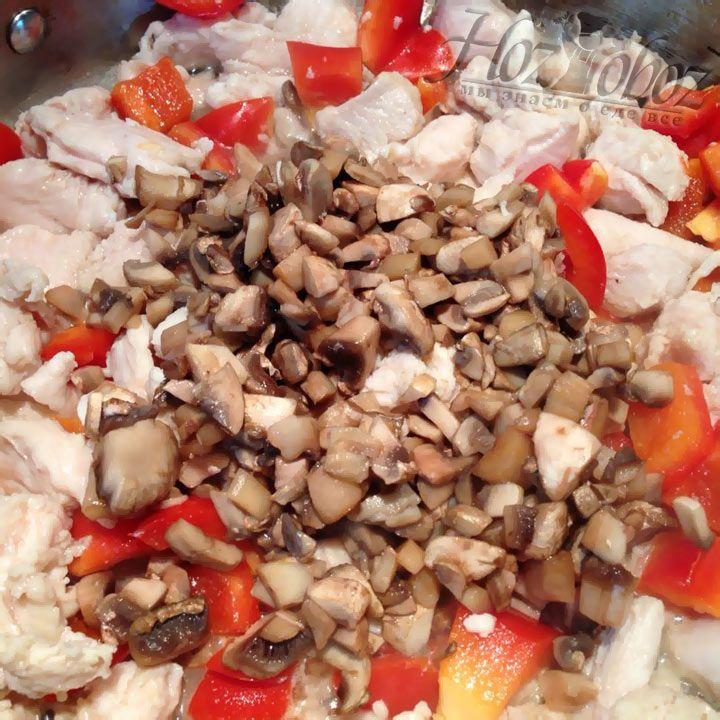 Вслед за болгарским перцем отправьте на сковороду шампиньоны