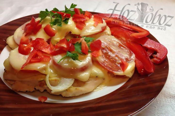 Мясо под сыром снова отправляем в духовку на 5 минут