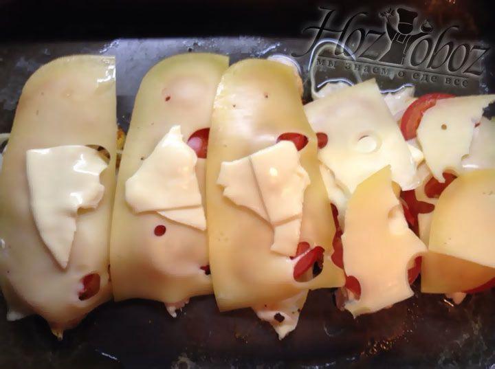 По прошествии 15 минут на мясо необходимо выложить сыр - твердый и порционный