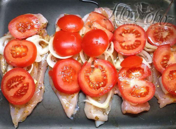 Перед тем как запечь мясо добавим в противень немного воды, чтобы мясо не пригорало и оставалось сочным.