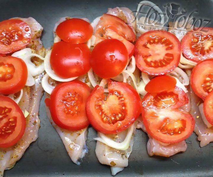 Поверх лука располагаем нарезанные крупными кольцами помидоры