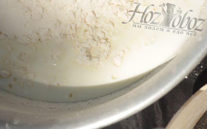 Добавьте в муку молоко и замеите тесто для пирожков