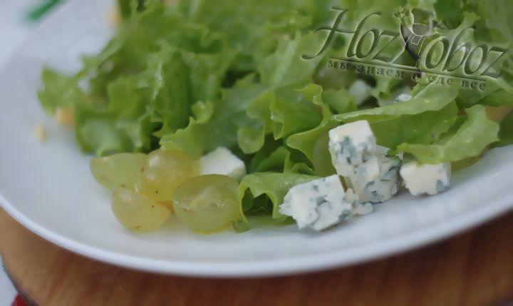 Все части салата выкладывайте на блюдо поверх листьев салата