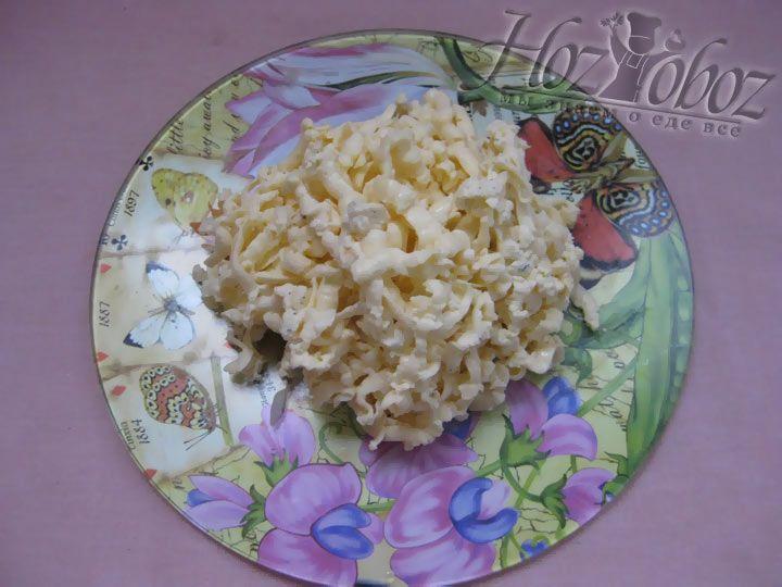 Потрите плавленный сыр на крупную терку
