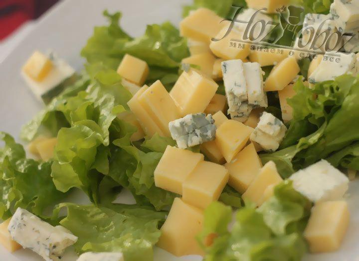 В самом конце выкладывам сыр на наш салат с виноградом
