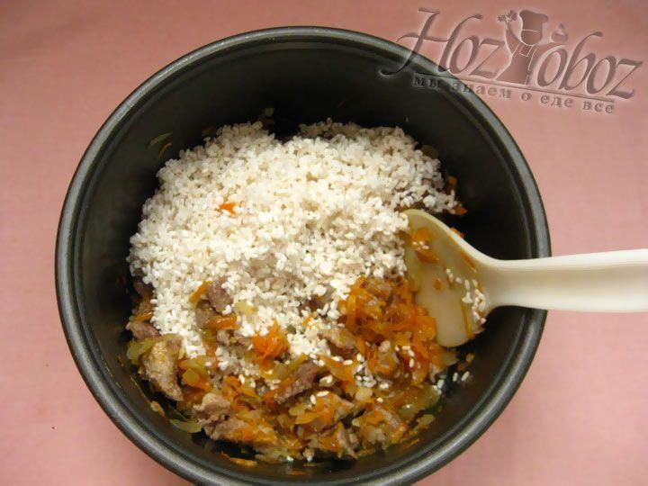 Добавьте рис в мультиварку к остальным ингредиентам
