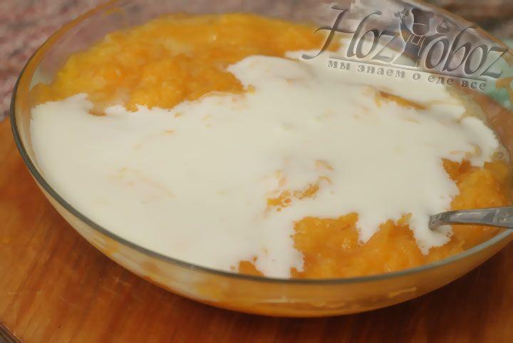 Влейте кефир в тыквенную массу для оладьев