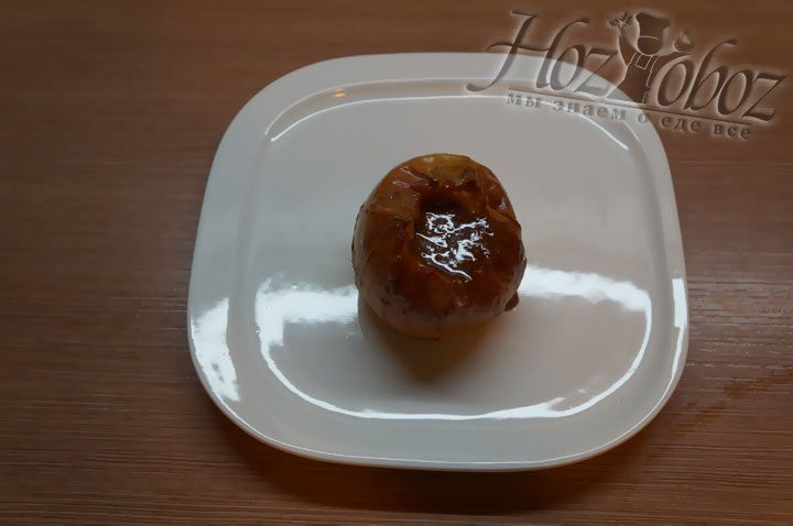 Теперь отправляем десерт в микроволновку. Приготовление яблок в микроволновке подобным образом занимает не более 5 минут. В результате соус закипает, и образуется фруктовая пряная карамель