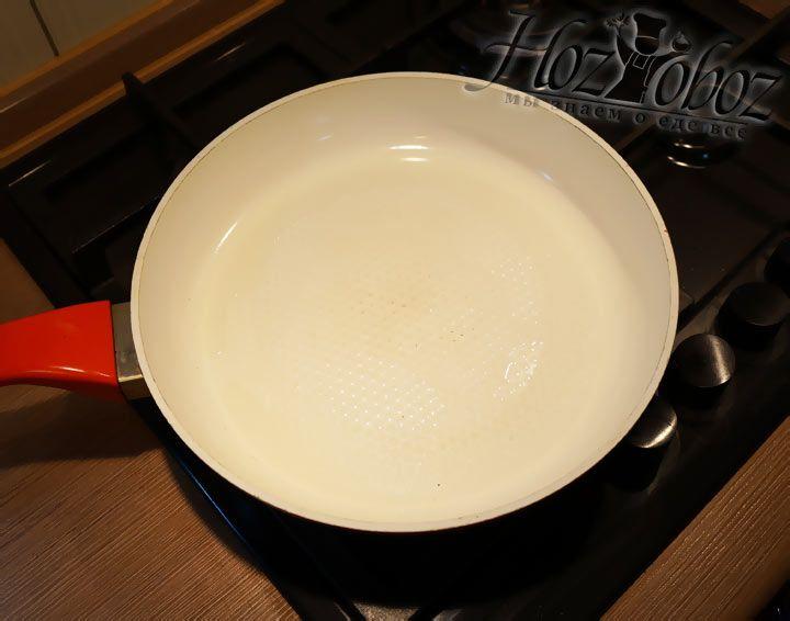 Хорошо разогреваем растительное масло на сковородке, где планируем жарить отбивные