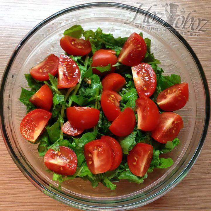 Каждый помидор следует аккуратно разрезать вдоль на 4 части и добавить к салату