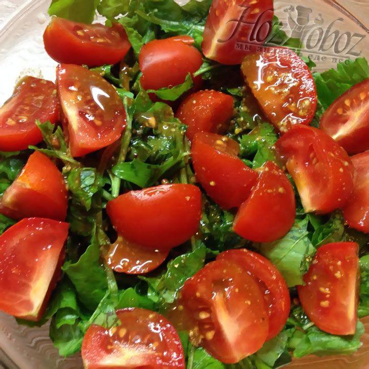 Заправьте салат с помидорами соусом и размешайте