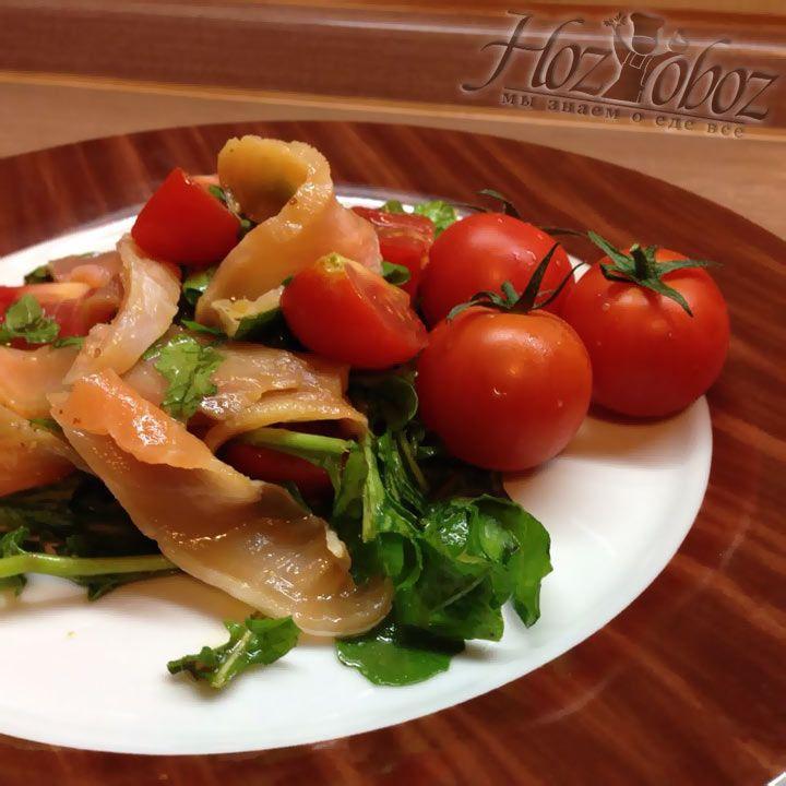 Подавать салат следует в большой тарелке, выложив сверху тонок нарезанные ломтики рыбы
