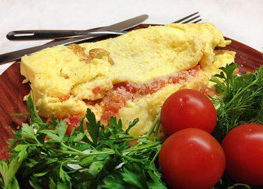 Как приготовить омлет из яиц и помидоров на сковороде