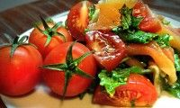 Быстрый салат с помидорами черри и рукколой
