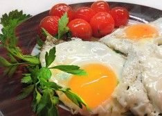 Вкусная яичница с помидорами чери