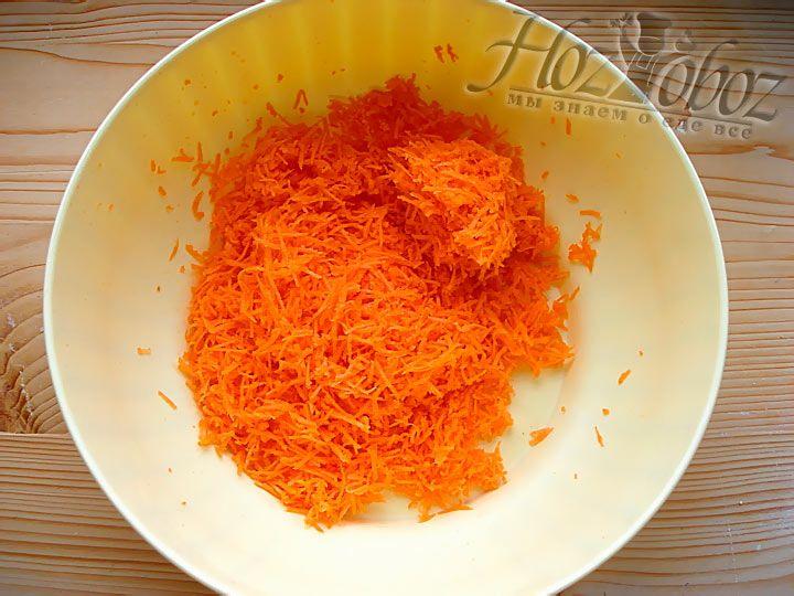 Три свежие морковки натираем на мелкой терке