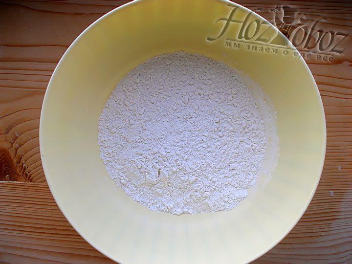 Отсыпьте в отдельную посуду 150 грамм обычной пшеничной муки