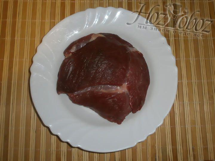 Необходимо приготовить фарш. Делаем это самостоятельно и готовим его перекрутив большой кусок на мясорубке.