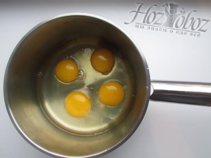 Разбейте куриные яйца в посудину