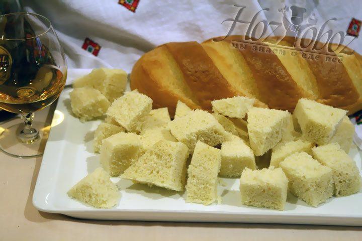 Мякоть батона (или другого белого хлеба) нарежьте кубиками