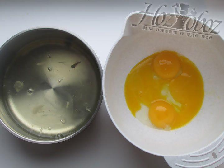 Отделите яичные белки от желтков