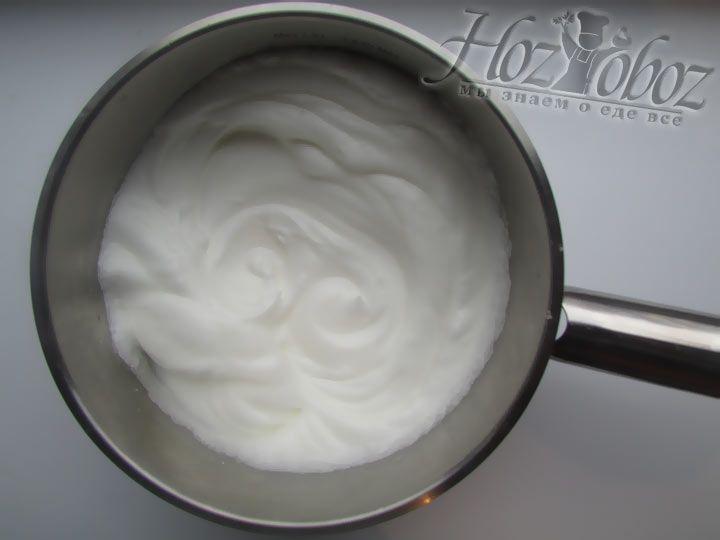 Взбейте яичные белки до образования плотной пены