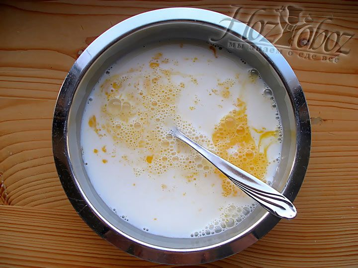 После чего разбейте куриные яйца, залейте молоком и слегка взбейте