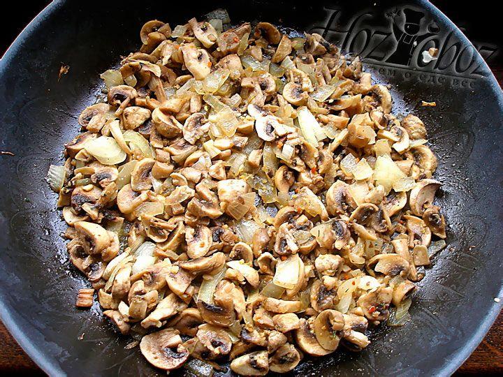 Обжарьте лук с грибами на тихом огне около 10-ти минут