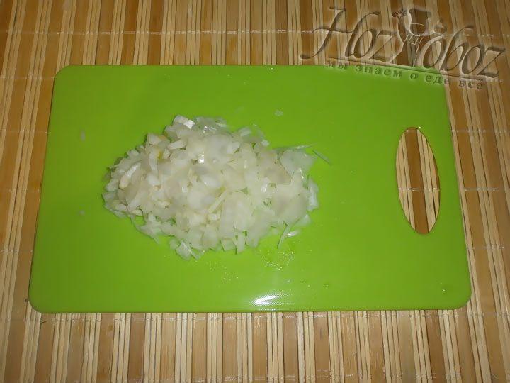 Очистите пару луковиц и измельзите