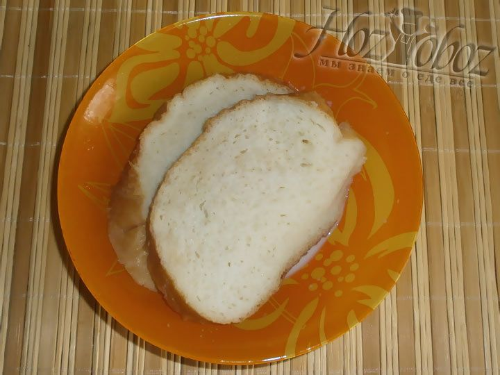 Не обойтись и без ломтика черствого белого хлеба, размоченного в молоке