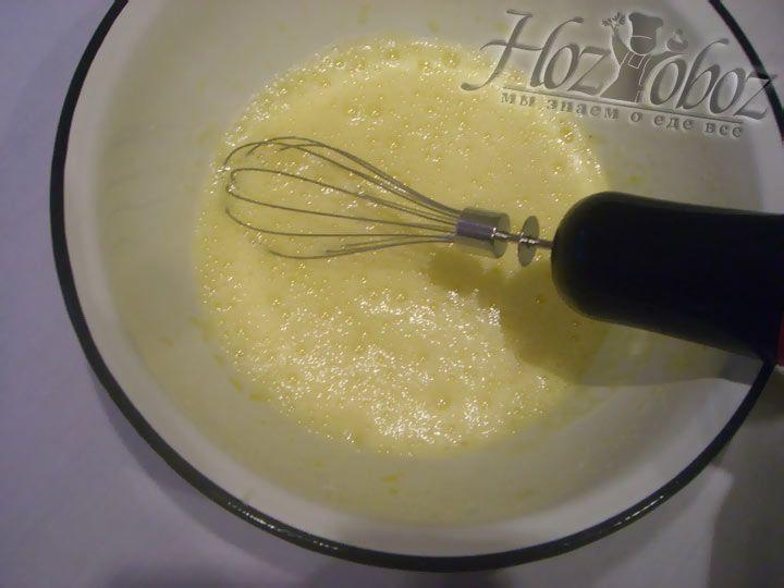 Звбейте куриные яйца и сахар, пока не появится пена