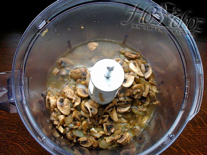 После того, как грибы с луком слегка остынут переложите их в блендер и добавьте бульон