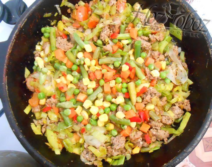 Следующим этапом высыпьте на сковороде замороженную овощную смесь