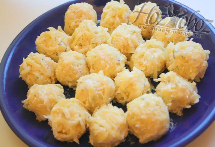 Сформируйте шарики из картофельной массы
