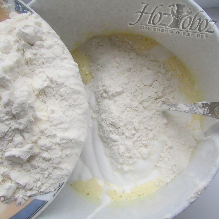 Добавьте муку во взбитые яйца и хорошо перемешайте до однородного состояния