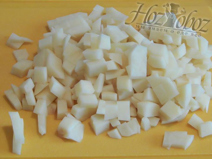 Нарежьте кубиками клубни картофеля