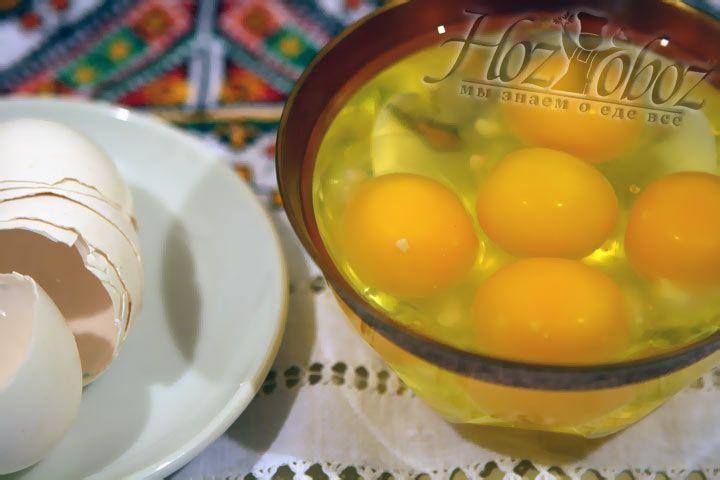 Разбейте все куриные яйца в отдельную посуду