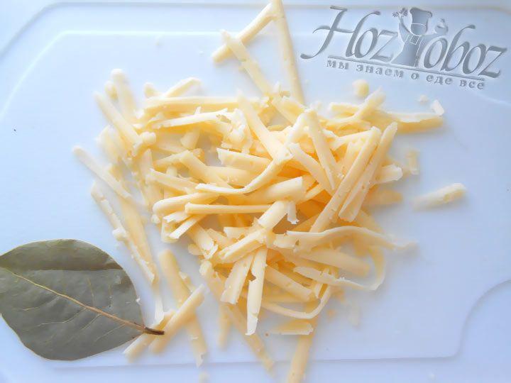 Мелко натираем твердый сыр