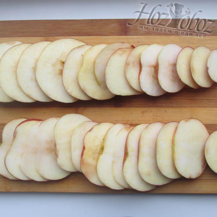 Нарежьте яблоки для шаротки, как это показано на фото. Делать это заблаговременно не следует, иначе яблоки потемнеют