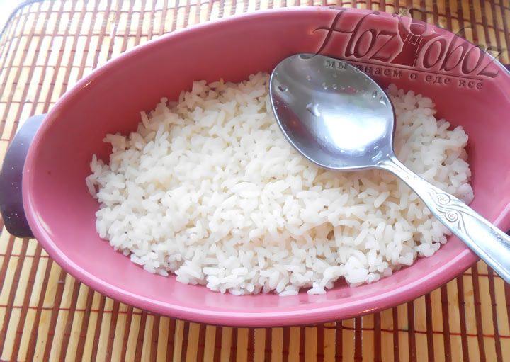 Смажьте форму маслом и выложите рисовый слой