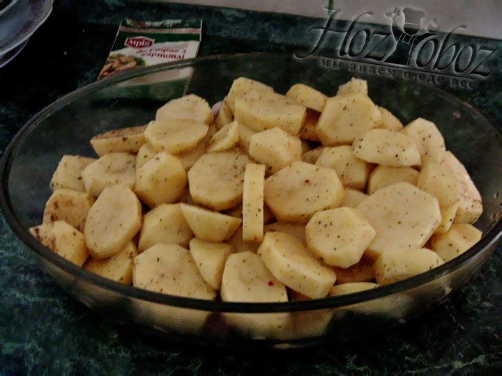 Картошку разложите поверх свинины