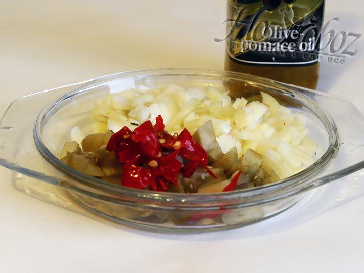 Нарезаем на мелкие кусочки лук, зеленые помидоры и острый перец