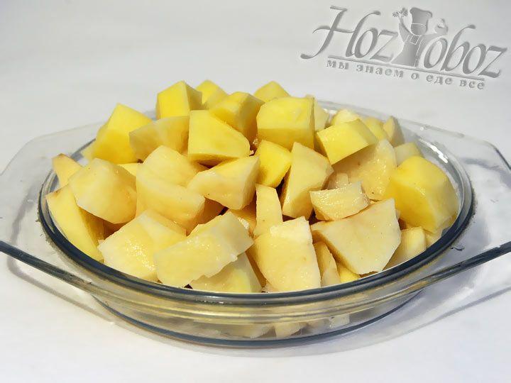 Нарезаем дольками картофель