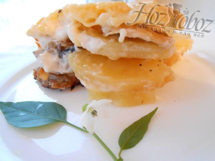 Натертым сыром необходимо щедро посыпать блюдо, а затем запекаь его при температуре 180 градусов до готовности. За несколько минут до готовности температуру можно увеличить для образования хрустящей корочки