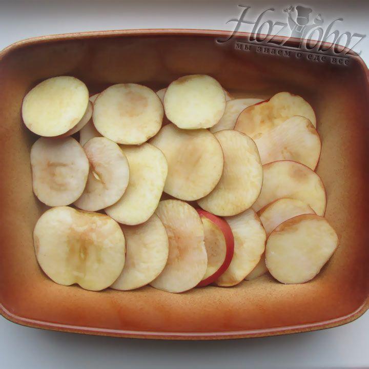 Яблоки нужно выложить на дно вормы для запекания, в которой и будем готовить нашу шарлотку. Форма обязательно должна быть керамической, так как метал в микроволновке использовать нельзя