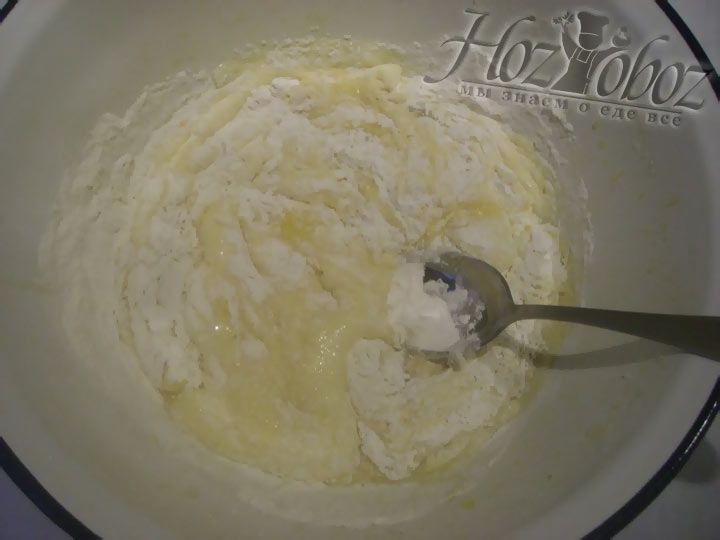 В яичную смесь добавьте муку и замесите тесто ложкой