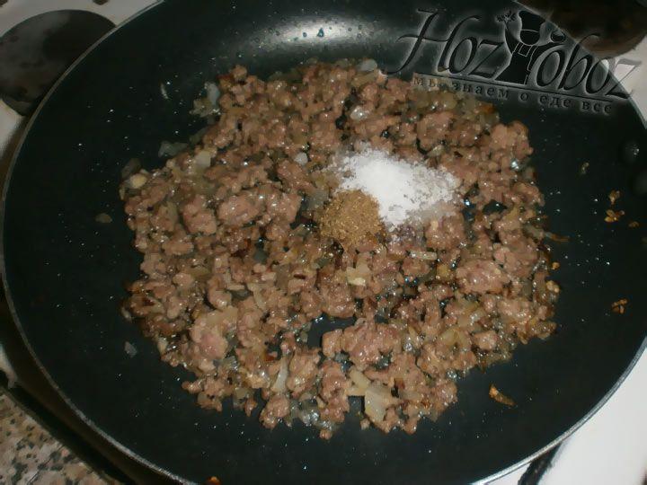 Посолите, поперчите мясо и оставьте в казане (или сковороде) еще на несколько минут