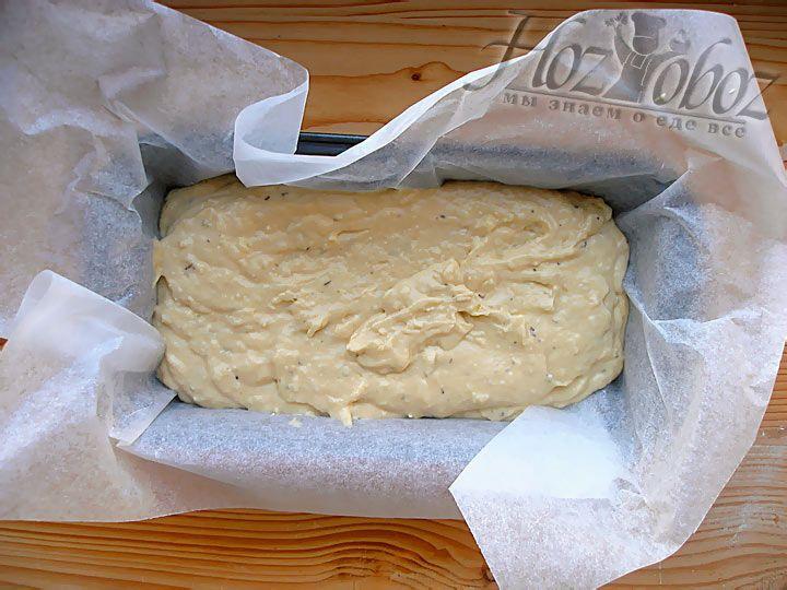 Застелите форму от хлебопечки пергаментом или смажьте маслом